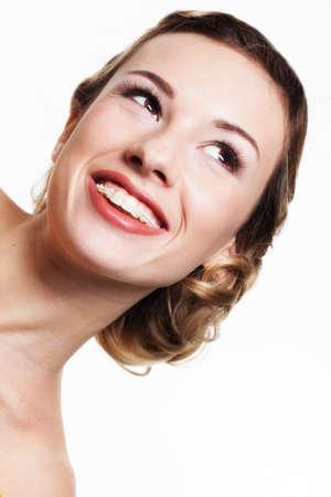 치과 교정기와 젊은 여자의 초상화