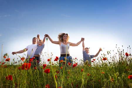 poppy field: Gezin van vier personen spelen op het veld papaver