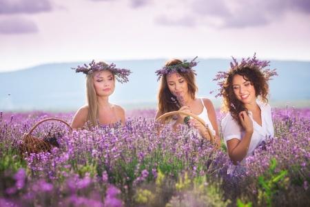 Tres muchachas en el campo de lavanda