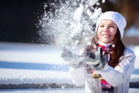 Girl playing with snow in park Banque d'images