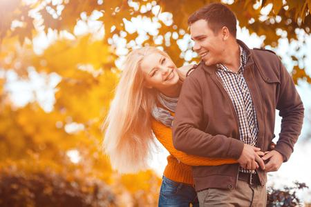 Couple in the autumn park Banque d'images