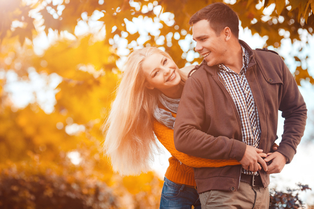 Couple in the autumn park Standard-Bild