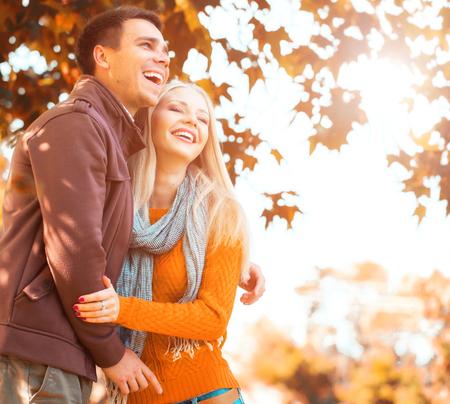 Paar in het najaar park Stockfoto