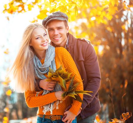 秋の公園でのカップル