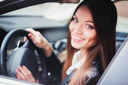 Mooie jonge vrouw besturen van de auto