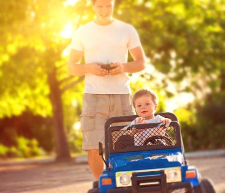 おもちゃの車で遊ぶ息子と父