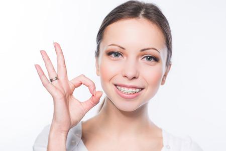 치아 교정기 아름 다운 젊은 여자 스톡 콘텐츠