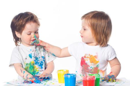 Kinderen spelen met vingerverf