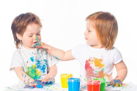 Kleiner Junge Und Mädchen Spielen Mit Farben Lizenzfreie Fotos ...