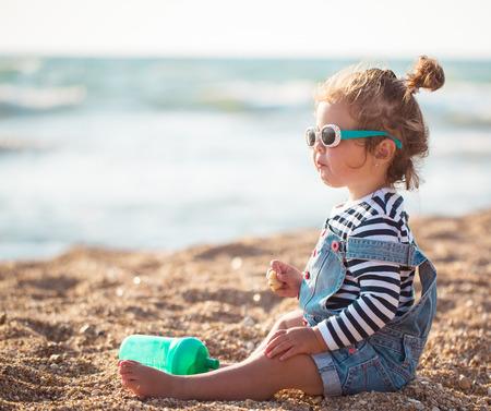 해변에서 어린 소녀 스톡 콘텐츠