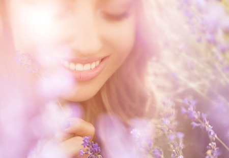 Mooie jonge vrouw portret op lavendelgebied Stockfoto