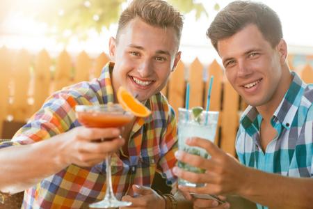 Zwei Männer coctails im Sommer caffe trinken Standard-Bild