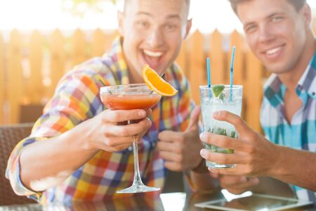 Two men drinking coctails in summer caffe Stockfoto