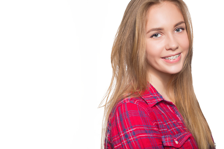 Close up portrait de jeune fille souriante adolescent montrant un appareil dentaire. Isolé sur fond blanc. Banque d'images - 58344992
