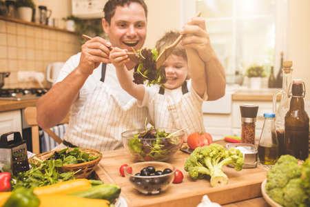 Vader kookt met zijn zoon Stockfoto