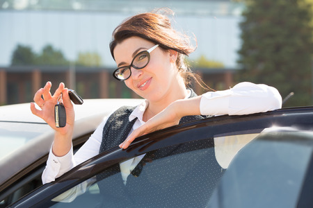 Young business woman portrait in her car Imagens