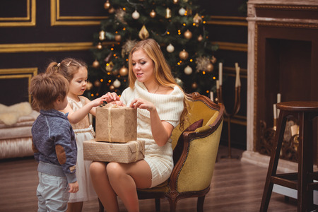Mom and her children near the Christmas tree Imagens