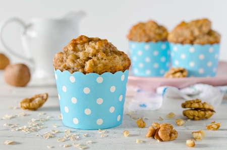 Banaan muffins met havermout en walnoten op witte tafel