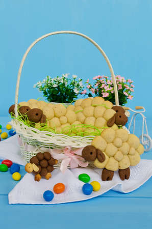 pasen schaap: Holiday almond biscuits lamb in a basket on the Easter table. Square