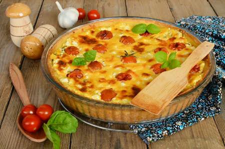 tomate: Tarte au fromage et tomates cerises. Pie avec du fromage cottage et de tomates sur la table en bois