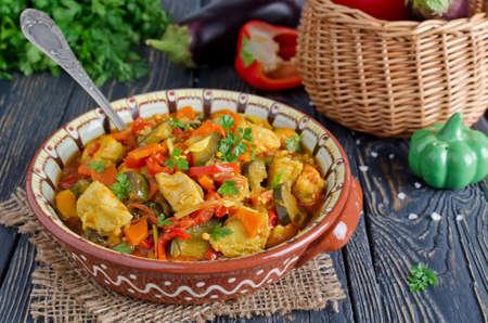 pollo: Estofado de pollo y verduras. Pollo con berenjena, pimientos, zanahorias y tomates Foto de archivo