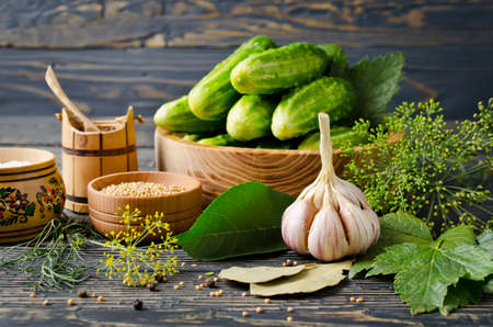 Verse en gepekelde komkommers, zelfgemaakte geconserveerde groenten Stockfoto