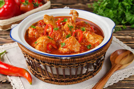 sopa de pollo: Chakhokhbili - pollo guisado con tomate y cebolla. Plato nacional de Georgia Foto de archivo