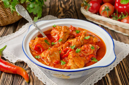 salsa de tomate: Chakhokhbili - pollo guisado con tomate y cebolla. Plato nacional de Georgia Foto de archivo