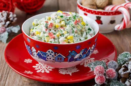 Salade met krab sticks, maïs, komkommer, en rijst