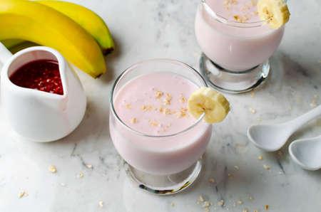 banane: Smoothie � la banane et les framboises sur un fond de marbre Banque d'images