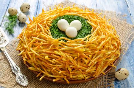 "patatas: Ensalada ""urogallo Nido"". Ensalada tradicional rusa. ensalada de verduras con patatas crujientes"