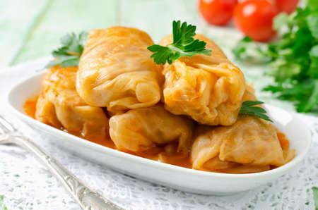 Rollos de col rellenos con arroz y carne en salsa de tomate Foto de archivo