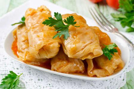 Involtini di cavolo ripieni di riso e carne in salsa di pomodoro Archivio Fotografico - 56449545
