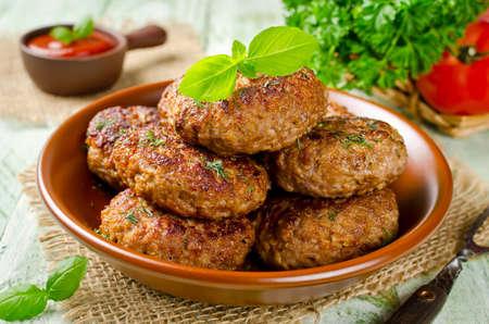 Zelfgemaakte schnitzels met havermout op een houten tafel in een rustieke stijl. Gezond eten