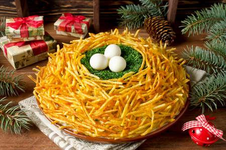 """Salade """"Nest korhoen"""". Russische traditionele salade. Plantaardige salade met knapperige aardappelen"""