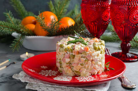 Russian traditional salad Olivier with vegetables and meat. Winter Christmas salad Stockfoto