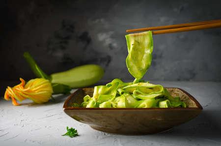 Zucchini ribbon salad with parsley, dill and garlic in marinade. Stockfoto