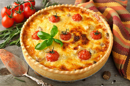 Freshly baked homemade pie quiche Lorraine on a wooden table. Traditional French pastries Stockfoto