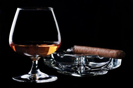cigarro: Vidrio copita de co�ac y cigarros  Foto de archivo
