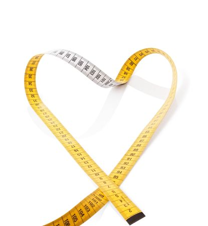 metro de medir: Medici�n de la cinta hace coraz�n sobre un fondo blanco