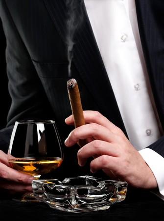hombre fumando puro: Hombre fumando puros y bebida de co�ac