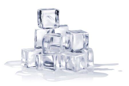 cubetti di ghiaccio: cubetti di ghiaccio isolati su bianco Archivio Fotografico