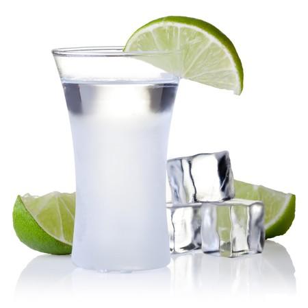 Shot-Glas gefüllt mit kalt klar Alkohol Standard-Bild