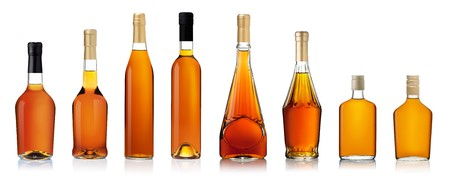 коньяк: Набор из коньячных бутылок, изолированных на белом фоне