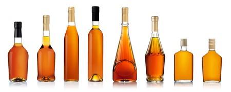 Serie di bottiglie di brandy isolato su sfondo bianco