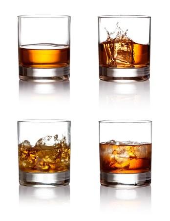 whisky: Verre de scotch whisky et de la glace sur un fond blanc Banque d'images