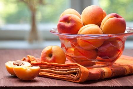 kom van frisse en zoete abrikozen
