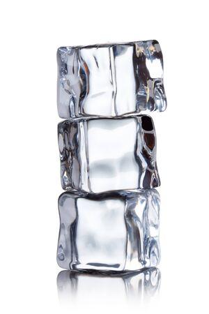 cubos de hielo: cubitos de hielo sobre un fondo blanco