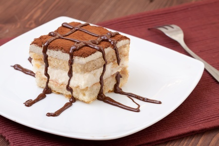 tiramisu: Dessert Tiramisu servi sur un plateau Banque d'images