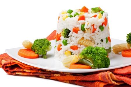 arroz blanco: El arroz y las verduras sobre un fondo blanco